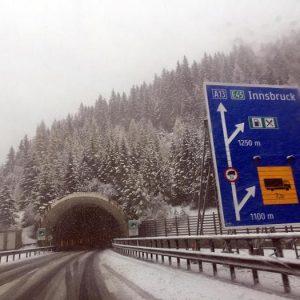 Autostrada, limiti di velocità a 90 km/h: decide lo smog, meno corri meno inquini. Il caso del Brennero
