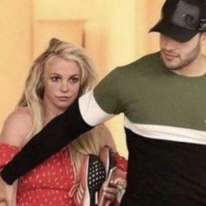 YOUTUBE Britney Spears esce dalla clinica col toyboy: il suo volto è smarrito