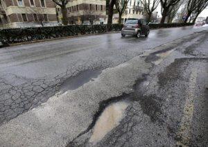 Cirié (Torino): c'è una buca nella strada. Luca, operaio di 22 anni, la ripara da solo
