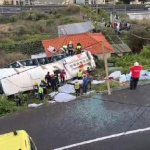 Madeira, bus turistico precipita sopra una casa: diversi morti