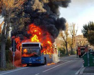 Roma, bus Cotral in fiamme sulla Tiburtina: nessun ferito