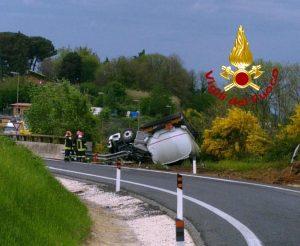 A1, due incidenti in poche ore. Camion-cisterna carica di gasolio si ribalta: strata bloccata