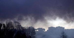 """Incendio discarica abusiva di via Collatina Vecchia, Raggi: """"Siamo sotto attacco della criminalità"""" (foto Ansa)"""