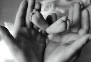 Congedo parentale dei papà: minimo 10 giorni alla nascita più due mesi retribuiti. La direttiva Ue