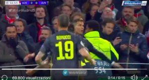 Cristiano Ronaldo segna, tifoso invade il campo per abbracciarlo
