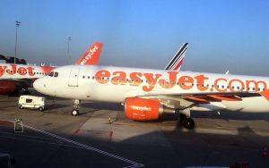 EasyJet abolisce le noccioline sui voli: rischio per i passeggeri allergici