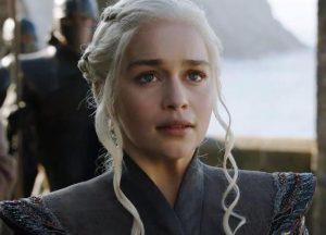 """Emilia Clarke racconta i due aneurismi: """"Un pezzo del mio cervello è morto"""""""