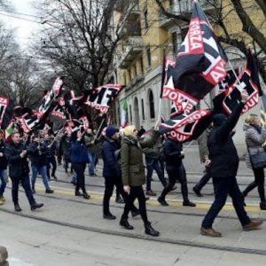 Milano, 5 militanti di Forza Nuova denunciati: pestarono un passante che li sorprese ad affiggere manifesti