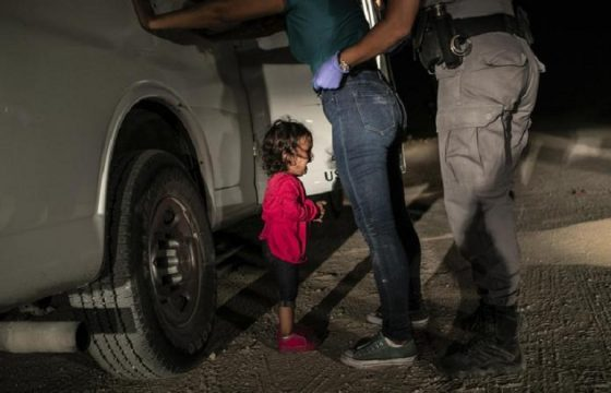 World Press Photo: la bambina che piange al confine tra Messico e Usa foto dell'anno