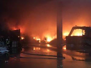 Rogno (Bergamo), incendio in azienda di rifiuti: sos nube tossica, sindaco ordina finestre chiuse
