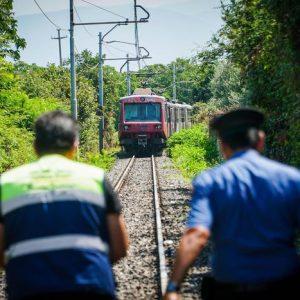 Noto, muore travolta dal treno: l'auto s'era bloccata al passaggio a livello. Ferito (e indagato) il compagno