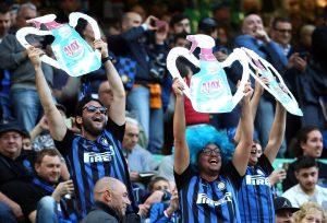 Inter-Juventus, lo sfottò dei tifosi nerazzurri con detersivo Ajax. FOTO