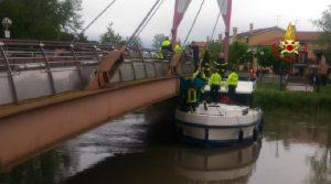 Jesolo (Venezia), barca resta incastrata sotto a un ponte e una donna muore schiacciata per fermarla (foto Ansa)