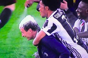Juventus, Allegri festeggia il suo quinto scudetto consecutivo con la schiuma sui capelli