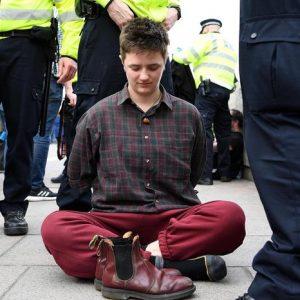 Londra finisce in ginocchio: protesta sul clima, centro occupato, 300 in prigione