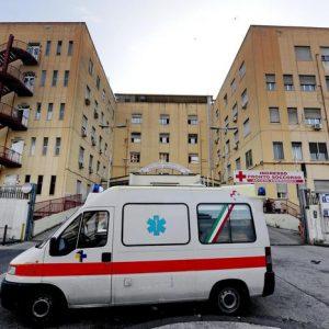 Napoli, pinza chirurgica dimenticata nella pancia di una donna durante un parto cesareo