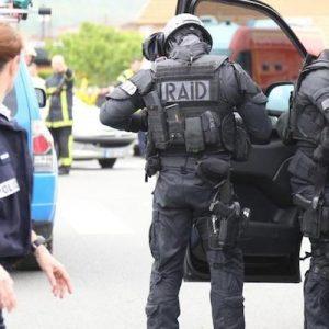 Lourdes, ex militare spara e si barrica in casa con la ex e la figlia