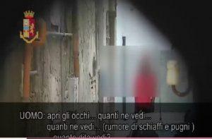 """Mafia nigeriana, maxi operazione di Polizia smantella clan Eiye. Il video dell'affiliazione: """"Bevi lacrime e sangue"""""""
