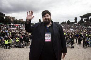 Mario Adinolfi e l'invito a Salvini: Lascia i mitra e leggi il Vangelo