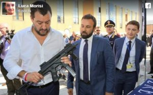 """Matteo Salvini col mitra. La foto pubblicata da Luca Morisi: """"Siamo armati e dotati di elmetto"""""""