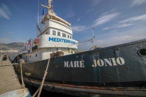 """Stefano Tria, figlio del ministro, salva migranti su nave Mare Jonio. Quella """"dei centri sociali"""""""