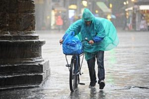 Meteo, pioggia e calo temperature nel fine settimana: temporali al Centro Nord