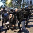 Milano, scontri tra militanti di destra e polizia al corteo per Ramelli: un manifestante rianimato a terra 01