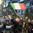 Milano, scontri tra militanti di destra e polizia al corteo per Ramelli: un manifestante rianimato a terra 02