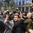 Milano, scontri tra militanti di destra e polizia al corteo per Ramelli: un manifestante rianimato a terra 03