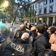Milano, scontri tra militanti di destra e polizia al corteo per Ramelli: un manifestante rianimato a terra 04