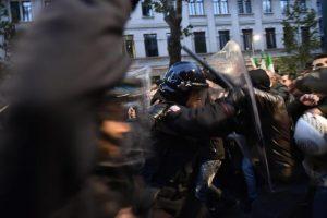 Milano, scontri tra militanti di destra e polizia al corteo per Ramelli: un manifestante rianimato a terra 05