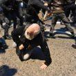 Milano, scontri tra militanti di destra e polizia al corteo per Ramelli: un manifestante rianimato a terra 09