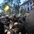 Milano, scontri tra militanti di destra e polizia al corteo per Ramelli: un manifestante rianimato a terra 11