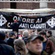 Milano, scontri tra militanti di destra e polizia al corteo per Ramelli: un manifestante rianimato a terra 12