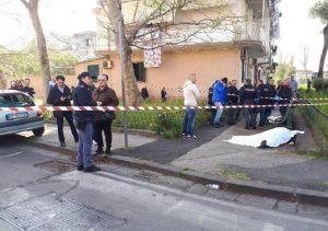 Napoli, ucciso a colpi di pistola davanti all'asilo del nipotino (foto Ansa)