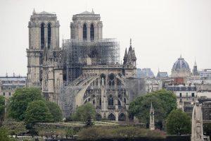 """Notre-Dame """"potrebbe crollare in caso di vento forte"""": l'allarme dell'esperto"""