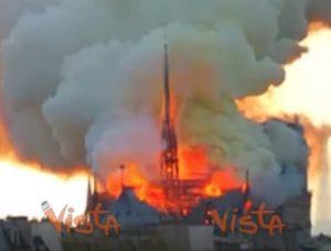 Notre Dame in fiamme, il tetto e la guglia avvolti dal rogo VIDEO