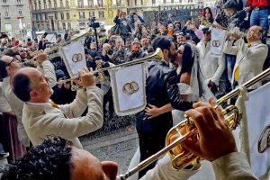 Tony Colombo, 5 poliziotti penitenziari alle nozze trash del neomelodico: sospesi