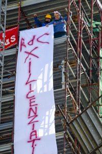Napoli, niente reddito di cittadinanza: 2 operai Fca licenziati sul campanile con le orecchie da coniglio2