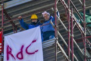 Napoli, niente reddito di cittadinanza: 2 operai Fca licenziati sul campanile con le orecchie da coniglio3