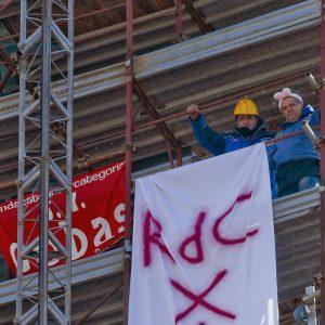 Napoli, niente reddito di cittadinanza: 2 operai Fca licenziati sul campanile con le orecchie da coniglio4