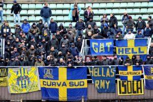 Serie B, ultras del Palermo aggrediscono tifosi dell'Hellas Verona: tre feriti