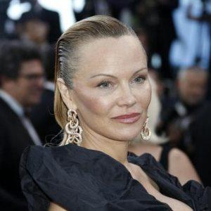 """Pamela Anderson contro il Marsiglia: """"Raccolta fondi per Notre-Dame? Date quei soldi ai bambini poveri"""""""