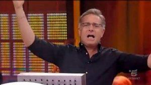 """Avanti un Altro, il pubblico canta a Paolo Bonolis: """"Devi morire""""..."""