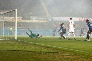 Papera di Lafont sul gol del Papu Gomez, Atalanta completa rimonta
