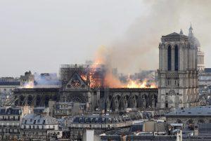 """Incendio a Notre-Dame, Isis e gli jihadisti esultano sul web: """"Allah è grande"""""""