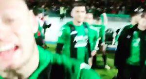 Pordenone in Serie B, calciatori travolgono cameraman durante festeggiamenti
