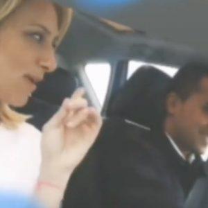 Virginia Saba e Luigi Di Maio in auto verso la Sardegna: lei alza il dito, lui si incupisce