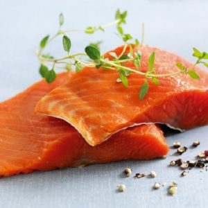 Salmone, quello allevato in realtà sarebbe grigio e non arancione