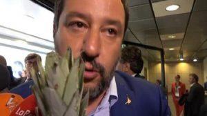 Salvini parla pure all'ananas: nella ressa spunta un microfono particolare, lui va avanti